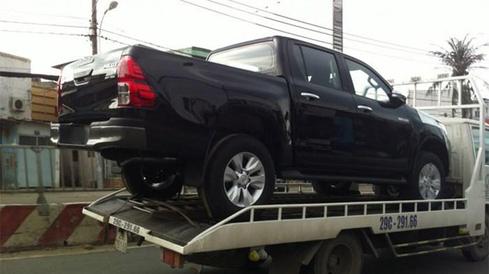 Toyota Hilux 2016 trên đường về Việt Nam 1
